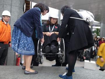 [日本財団ビル 自営消防総合訓練] 車いすユーザーの搬送を含む災害時の避難訓練を実施