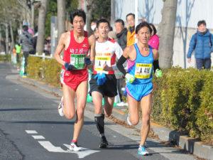 トップ集団を形成した金子(写真左)