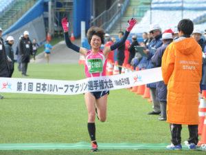 女子10kmで総合優勝した阿利