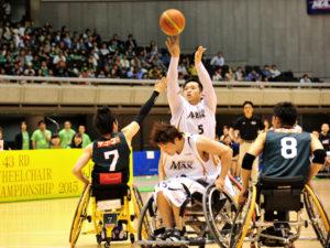 多くの観客が見守る中、決勝の舞台を戦う藤本