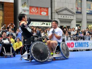 タックルを受けるラグビーの山田選手