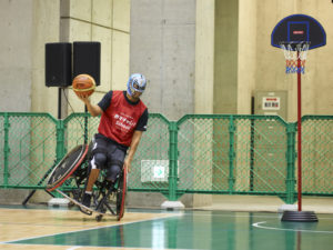 ナゾの覆面アスリートが、バスケットボール用の車いすを巧みに操り妙技を披露
