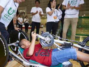 多くの人にとって初体験だったハンドバイク。歯を食いしばり、必死に車輪を回す子どもも
