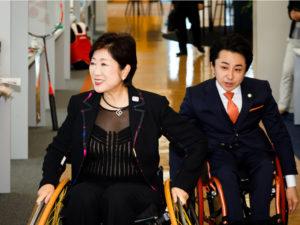 発表会前に小池都知事は、車いすに乗ってパラサポ共同オフィスを視察した