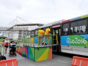 選手用バスの昇降に利用されたスロープ
