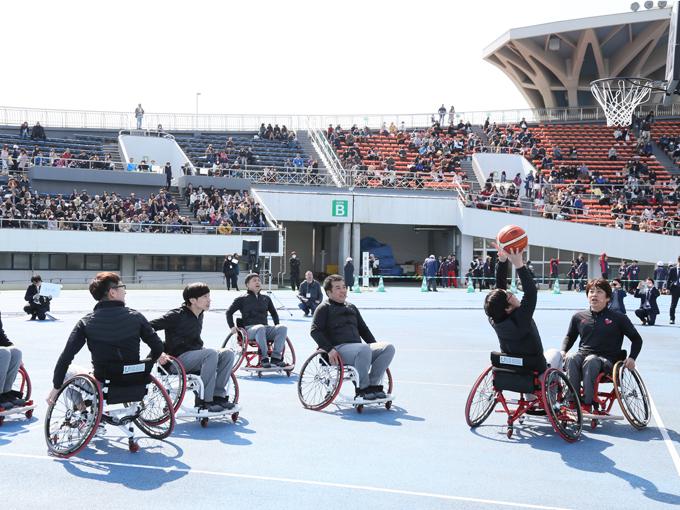 車椅子バスケット体験をするチームよしもとのゲスト