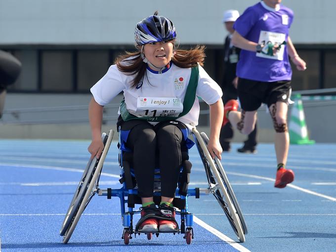 「東京わくわくエンジョイ」最終走者の高室選手は、力を振り絞って車いすを漕いだ
