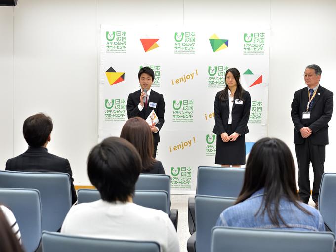 1位に輝いた早稲田スポーツの平野記者(左)