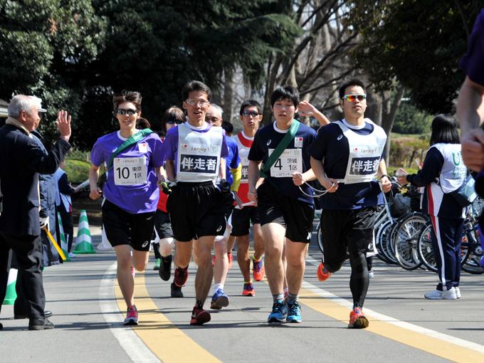 走り幅跳びの澤田優蘭選手(写真左)や柔道の半谷選手らパラリンピアンも駆け抜けた