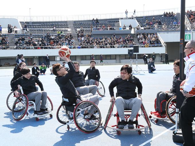 フィールドでは、ミスユニバースの森理世さん、チームよしもとからロバートの馬場裕之さん、河本さん、山里さん、板倉さん、堤下さんの6人が車椅子バスケットボールを体験