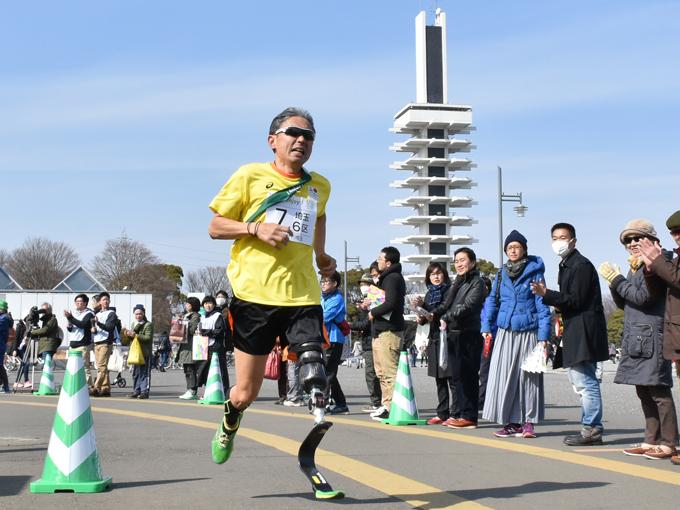 6区(肢体不自由)区間を、義足で力走する手塚圭太選手(熱いぜ!! 埼玉)