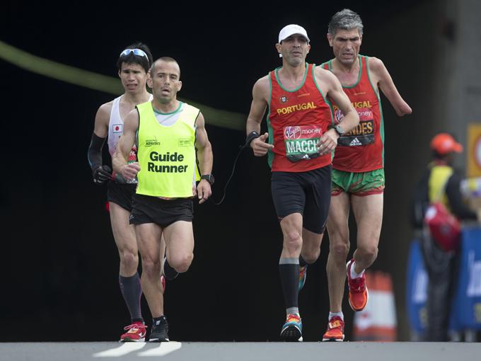 力走する日本の堀越(左奥) (c) Virgin Money London Marathon