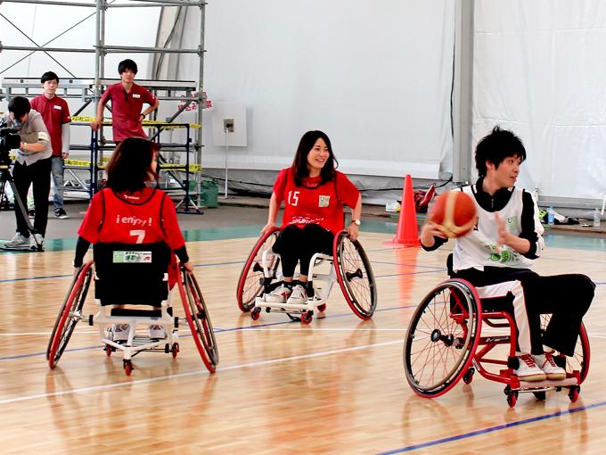 日本生命保険の阪口さんは車いすポートボールに初めて挑戦し 「今日の運動会でパラスポーツにより関心が持てた」