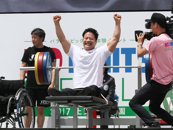 宇城は1回でどれだけ最重量を挙げられるかという勝負でも140kgを挙げて観客を驚かせた