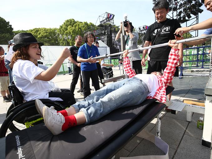 パワーリフティングの体験イベントで、山本は「押して! 押して!」など声援を送った