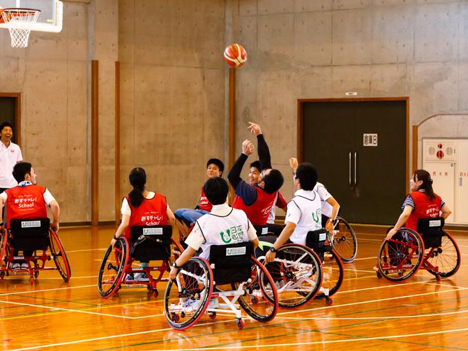 JTA丸川社長も飛び入り参戦。教職員もミニゲームに参加、生徒たちの声援が体育館に響いた