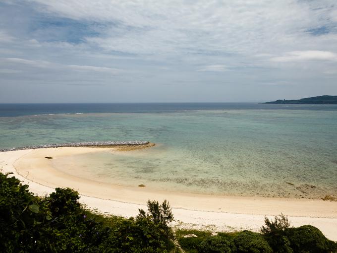 沖縄県今帰仁村総合運動公園村民体育館で開催、体育館の裏手には沖縄の空と海が広がる