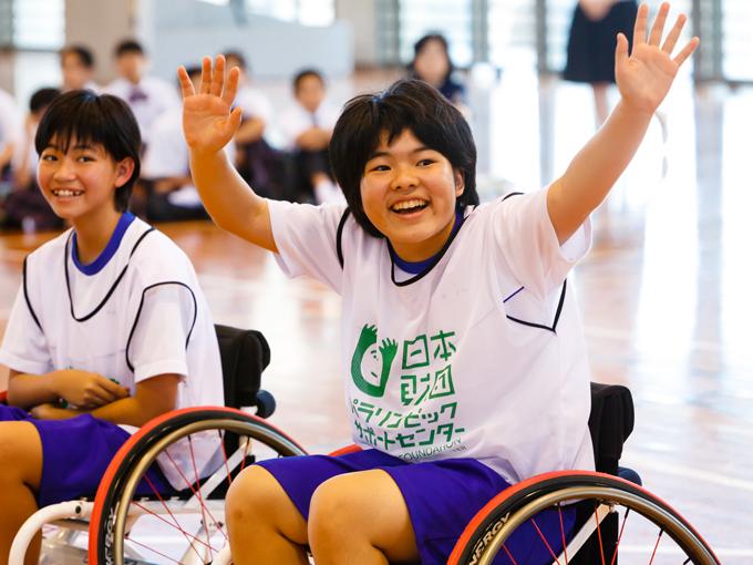 車椅子バスケットボールに初挑戦。車いすの操作に慣れ、ゲームを楽しんだ