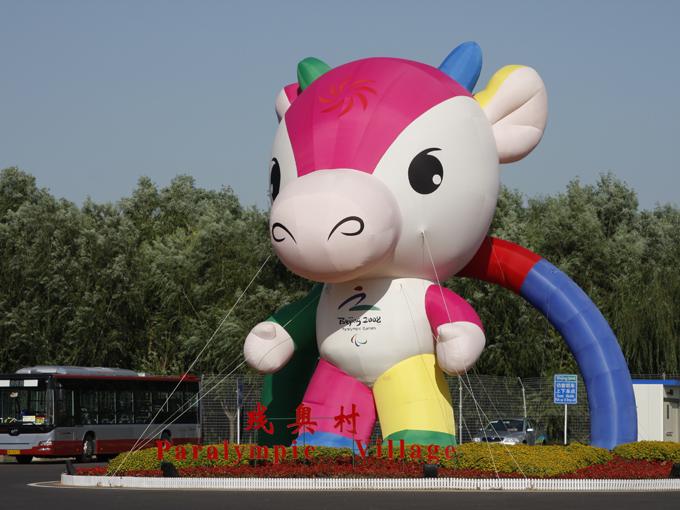 フーニウラーラー(福牛楽楽)という名の牛のマスコットで、色は伝統的な中国の新年の絵や贈物に由来している。