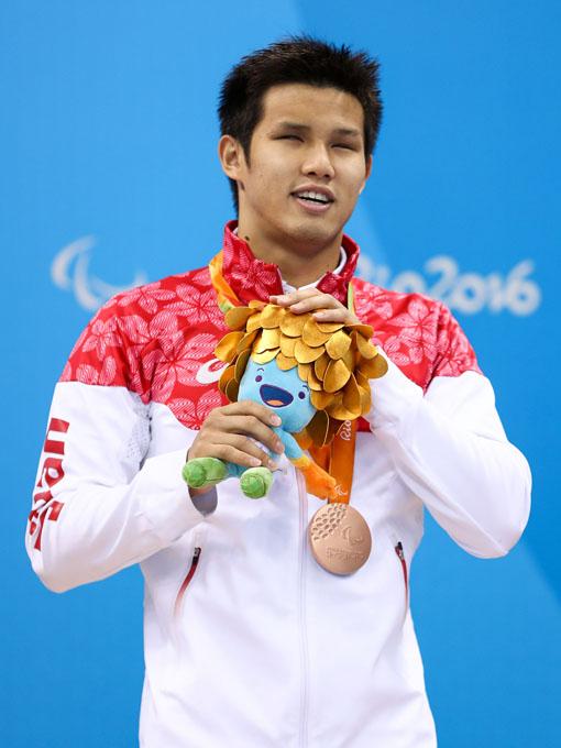 リオパラリンピックは表彰式にも登場。メダルと同じ色の髪の毛のマスコットのぬいぐるみが手渡された