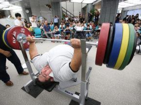 パラ・パワーリフティングの金メダリスト、ラーマン選手が来日。250kg挙上に子どもたちから大歓声!