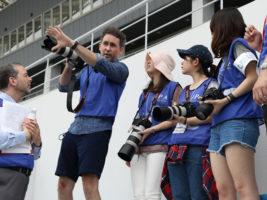 オリンピック・パラリンピックのフォトグラファー、アダム・プリティ氏がフォトセミナーを開催。広報インターンらにスポーツ写真の撮り方を伝授