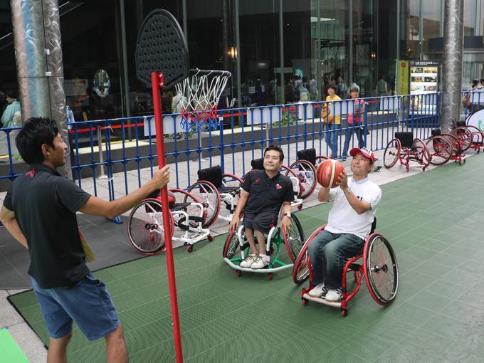 車いすバスケットボールは見た目以上に難しい。参加者は皆、真剣!