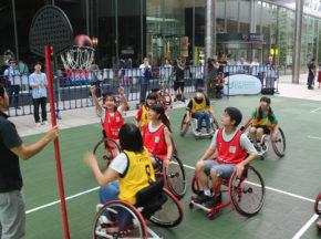 子どもも大人も一緒になって楽しんだ!「ストロングポイント×あすチャレ!運動会Summer」で275人が車いすバスケットボールを体験。