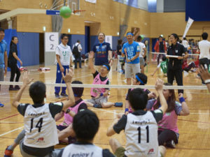 パラリンピック競技のシッティングバレーボールを体験