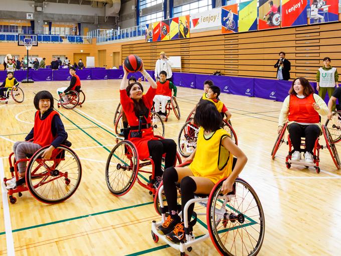 車いすバスケットボール体験では、持ち前の運動神経で何本もシュートを決める活躍ぶり
