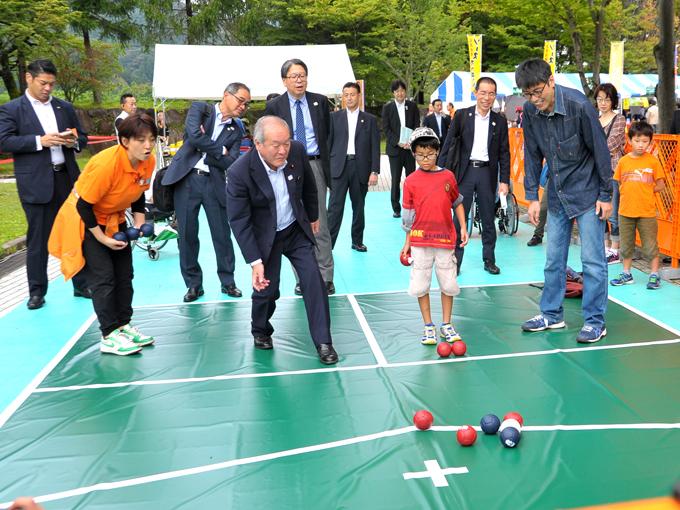 会場を訪れた鈴木俊一東京オリンピック・パラリンピック 担当大臣もボッチャを体験