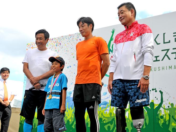 記念撮影会では、元巨人の宮本さんが1984年のロサンゼルスオリンピック野球の金メダルを披露
