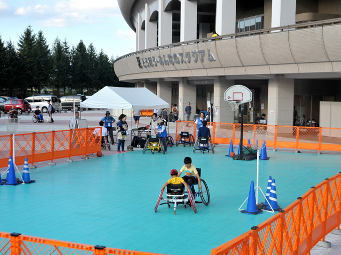 車いすバスケット体験はスタジアムのすぐ脇で行われた