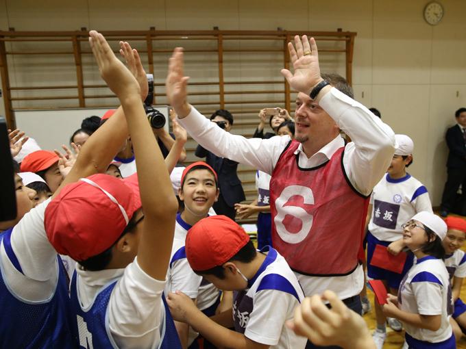 パーソンズ会長とのゴールボール対決を終え、子どもたちは大盛り上がり!