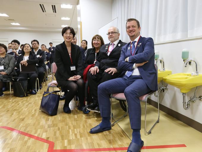 座学を視察する新会長(右)