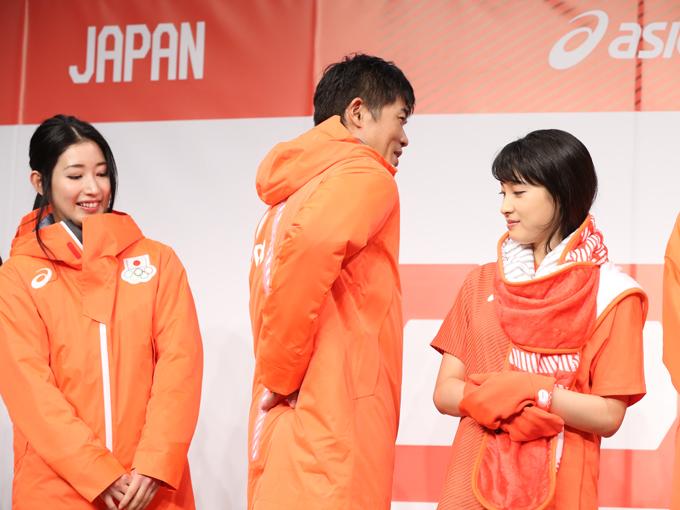 新田は、ウエアのお気に入りポイントを聞かれ「背中のラインがかっこいい」