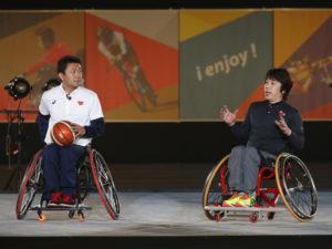パラスポーツ紹介のトップバッターを飾るのは花形競技の車椅子バスケットボール。ゲストパラリンピアンの三宅克己と根木慎志が競技の魅力を語った