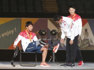 義足のスプリンター佐藤が日常用から競技用への義足の付け替えを披露。「競技用は反発力があり、バネを利用して走ります」