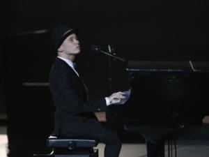 第二部はブラインドコンサートから。盲目のシンガー木下航志が「Amazing Grace」などを弾き語りした