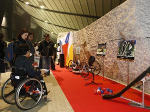 パラスポーツの用具や聖火リレーで使用されたトーチ リオパラリンピックメダリストのサインなどを展示