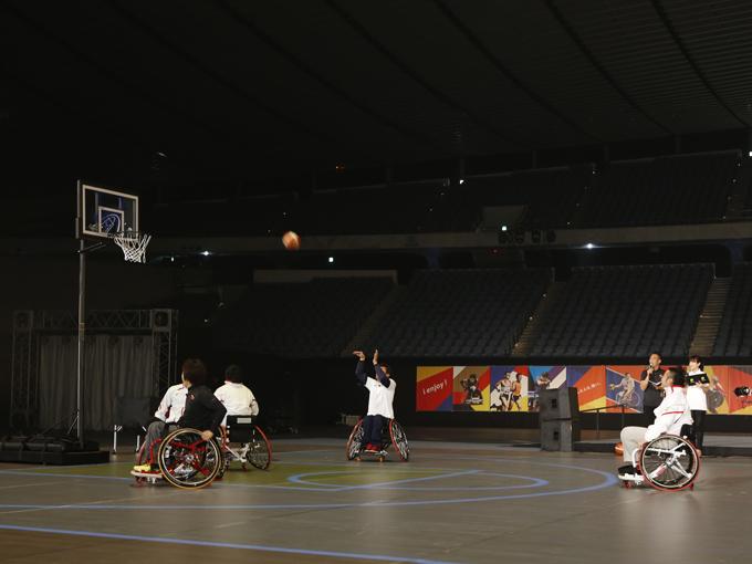プロジェクションマッピングによる演出で会場床面がバスケットボールコートに! パラリンピアンの2人が巧みなパスワークや鮮やかなシュートで観客を魅了した