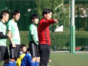 選手に指示を出す島田新監督