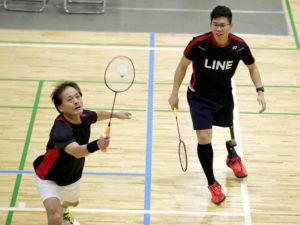 竹山(左)と藤原は単複優勝の活躍