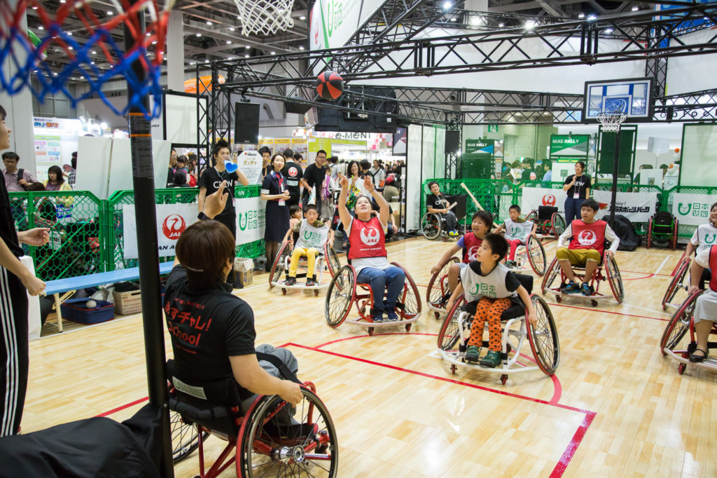 車いすバスケットボールを楽しむ参加者たち