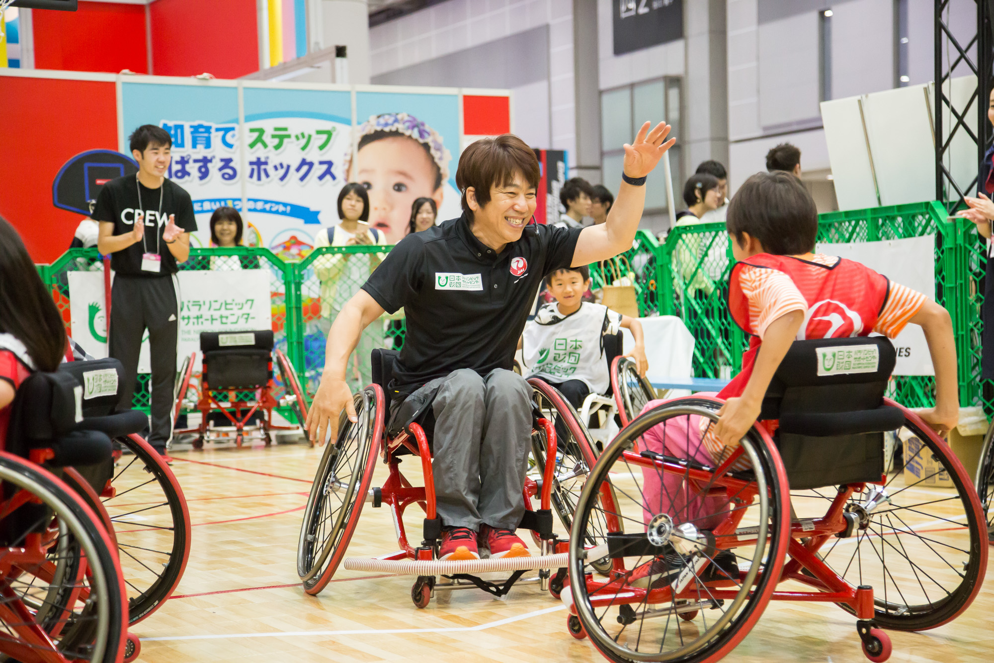 シドニーパラリンピック男子車いすバスケットボール日本代表キャプテン・根木慎志氏と一緒にプレーを楽しむ来場者