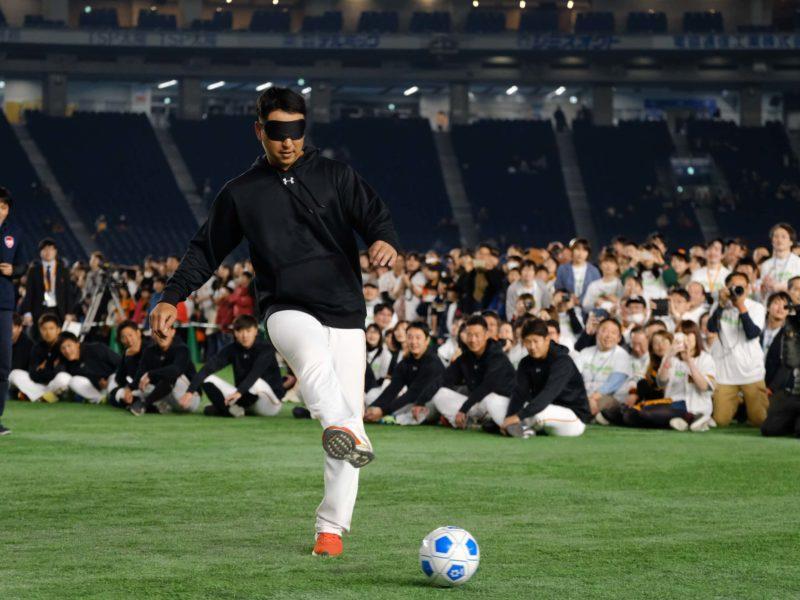 (左)サッカー選手ばりに美しいフォームでシュートを打つ中島選手。