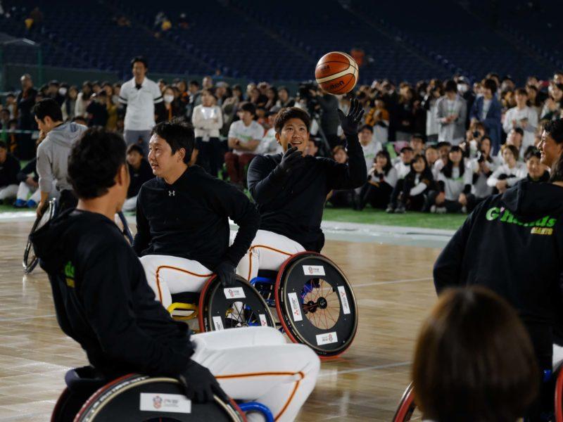 (左)シュート対決でも、まさに大エースの活躍だった菅野選手。