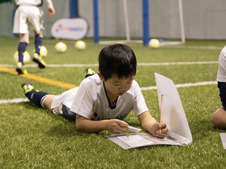 人間力を磨いて「メシが食える大人」に育てる、香川真司選手と共同で設立したサッカー教室が人気の理由